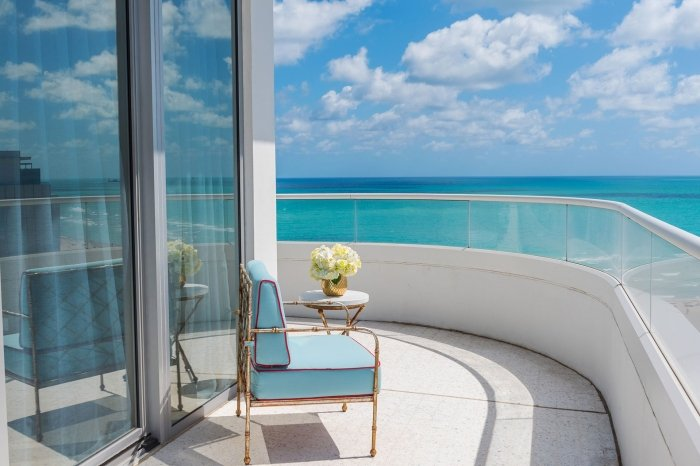 balcony hotel suite overlooking the ocean