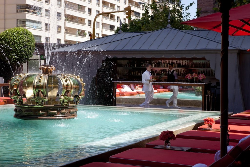 pool bar and crown shaped water fountain